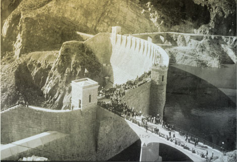 Crowds gathering at the finished dam to hear President Theodore Roosevelt speak at the formal dedication on March 18, 1911. (Reclamation photograph)