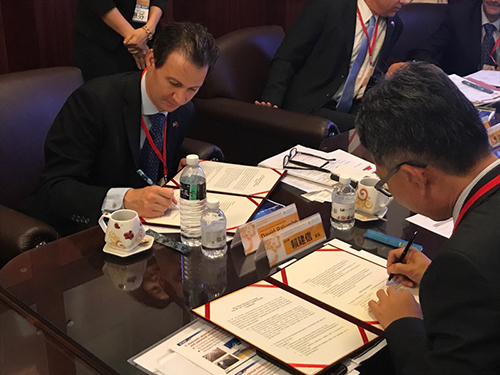 David Palumbo and Mr. Chien-Hson Lai, Director General, Water Resources Agency signing the agreement.